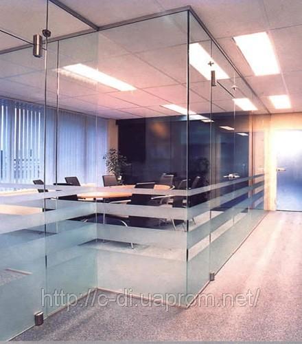 А стеклянные перегородки - вполне достаточная преграда, помогающая...