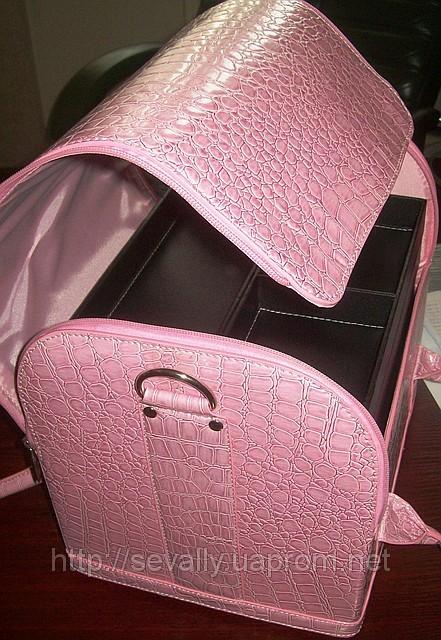 Сумка-чемодан с выдвижными полочками внутри для мастеров маникюра...